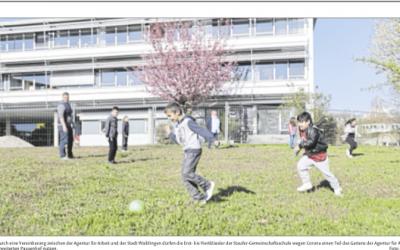 Grundschulkinder spielen im Garten der Agentur für Arbeit